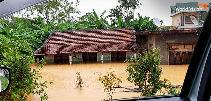 베트남 홍수로 침수된 건물들