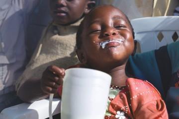 우유를 마시고 있는 흑인 여아