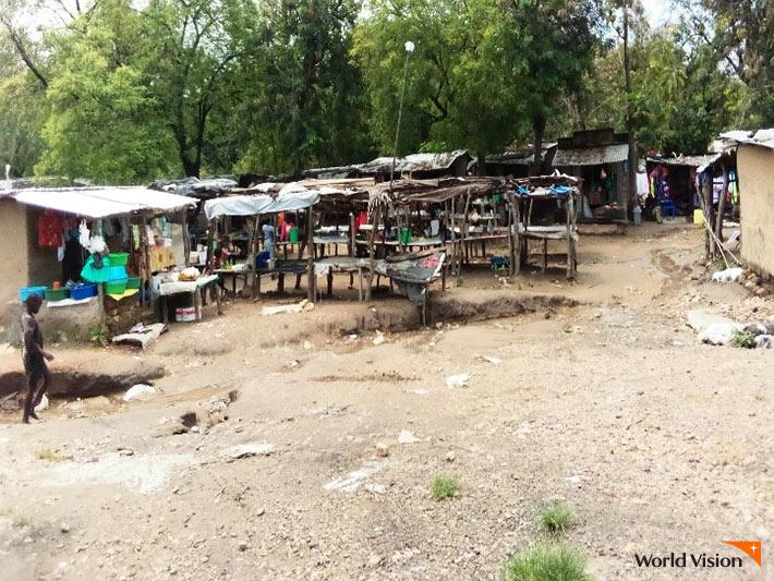 가게들이 서로 떨어진 모습의 사진.