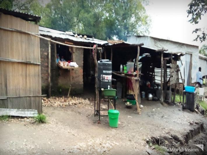 시장 입구에 손씻기 시설이 설치된 모습.