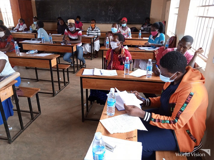 수업을 듣고 있는 학생들.