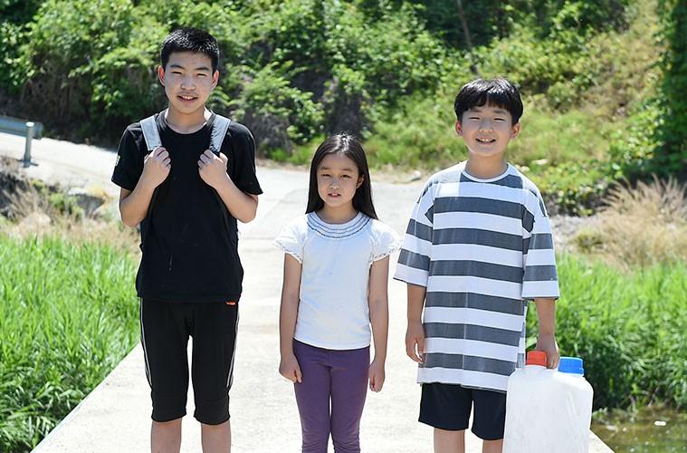 무더운 여름 웃고 있는 세명의 아이