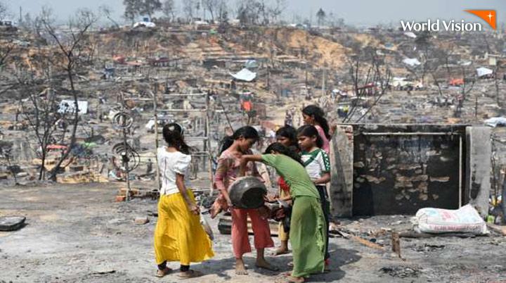 전소된 마을에 모여있는 아이들의 모습